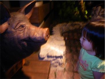 店の前の豚さん.jpg